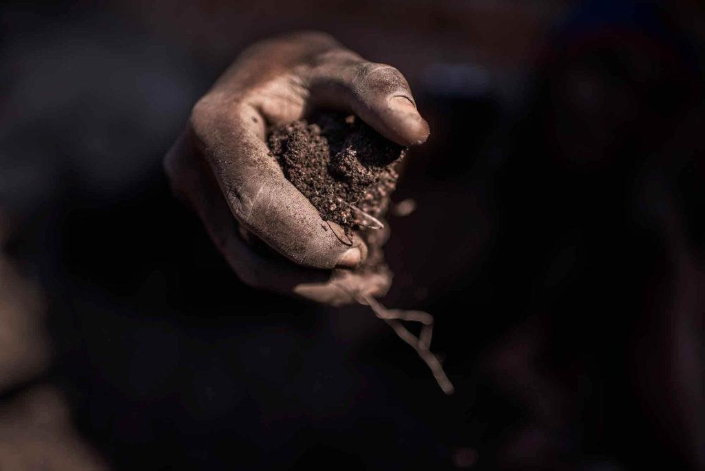 Μια χούφτα χώμα με κοβάλτιο στην αγορά ορυκτών της Musompo, όπου οι σκαφείς πουλάνε το κοβάλτιό τους σε μικρά καταστήματα, γνωστά ως «καταμετρητές».
