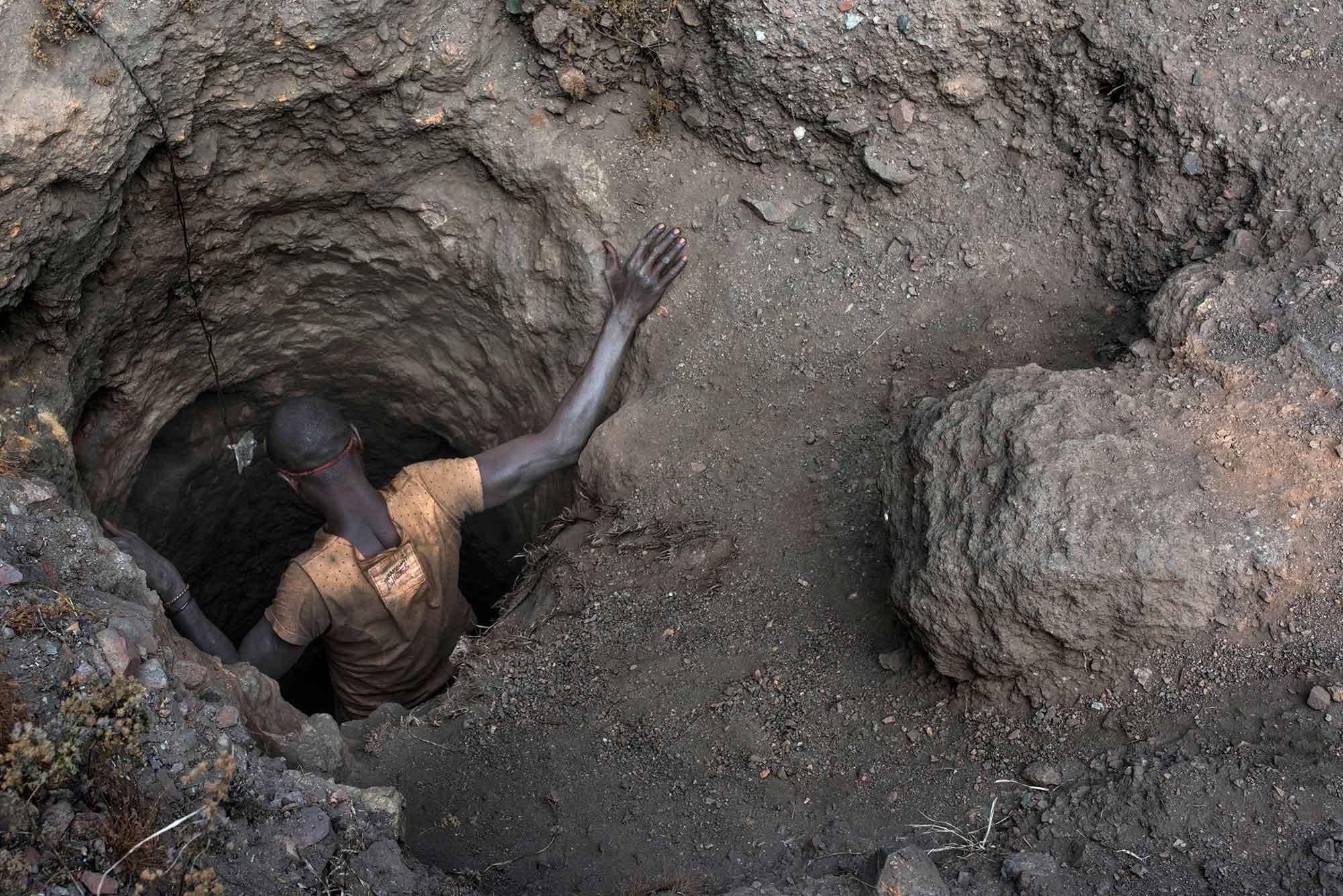 Ένας σκαφέας κατεβαίνει σε μια σήραγγα στο ορυχείο στο Kawama. Οι σήραγγες έχουν σκαφτεί με εργαλεία και με τα χέρια και φτάνουν βαθιά κάτω από την γη. Φώτο από Michael Robinson Chavez