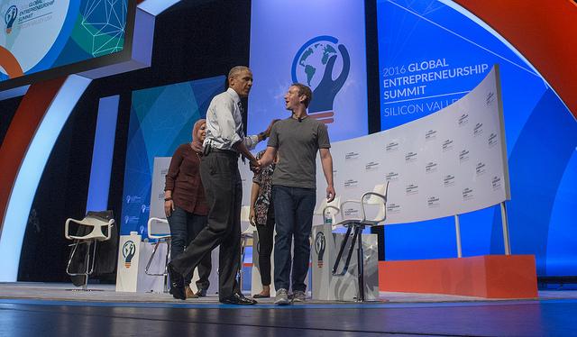 Χειραψία Obama με Zuckerberg